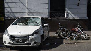 Huellas. El Peugeot 208 embistió a la moto, con un saldo fatal.