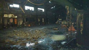 Voraz. El incendio destruyó el patio techado y otras instalaciones.