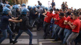 No pasan. Activistas antiglobalización marcharon en Taormina bajo estricto control policial.