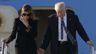 No quiso. Trump intenta en vano tomar la mano a su esposa Melania.