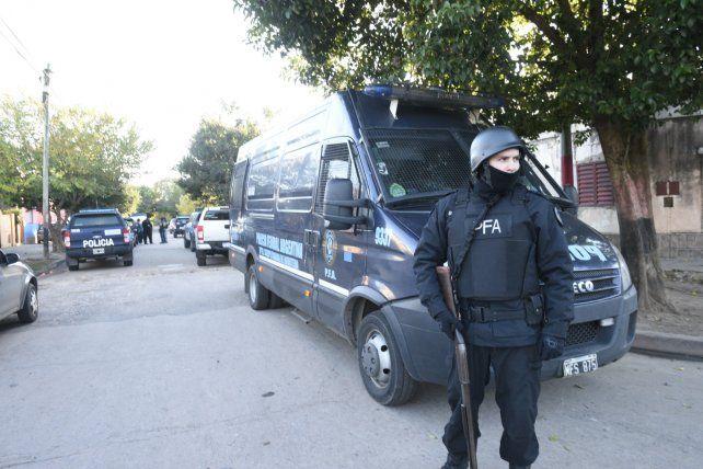 El martes unos 150 federales coparon el barrio para hallar a Pelo Duro y Lamparita.