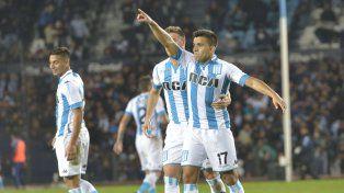 Desequilibrio. Marcos Acuña celebra su gol ante la mirada de Sampaoli.