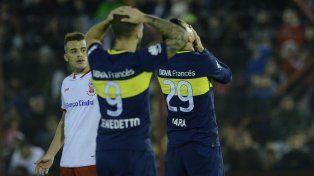 Lamento. Benedetto, autor del gol xeneize, y Jara no pueden creerlo. A Boca se le escapó la victoria en el final.