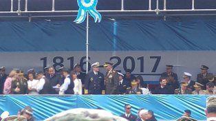 El error en la bandera del palco oficial que intentó explicar el ministro de Defensa.