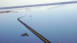 Así está la situación en la ruta 7, a la altura de Aarón Castellanos por el desborde de la laguna La Picasa.