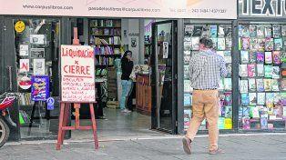 en problemas. El mes pasado, los dueños de la librería Paso de los Libros, de peatonal Córdoba, anunciaron el cierre por la caída de las ventas.