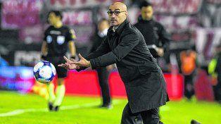 ¡A la pelota! Montero siguió el partido a full. Dijo que con Colón deben hacer valerel punto de ayer.