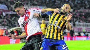 Duelo picante. Pinola hostiga a Lucas Alario. El defensor canalla se impuso ante los temibles atacantes millonarios.