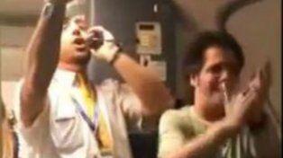 Sigue la saga de Despacito con un azafato que cautivó a los pasajeros y arrasa en Facebook