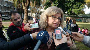 La ministra de Educación habló con la prensa desde el Parque Yrigoyen.