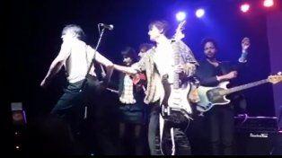 Pete Doherty se descontroló al final de su show en el Galpón de la Música.