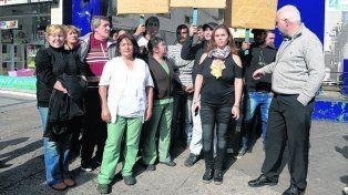 con carteles. Los trabajadores protestaron por deudas salariales..