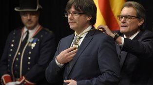 poder. Puigdemont cuando asumió el cargo, el 12 de enero de 2016, de manos de Artur Mas, a sus espaldas.