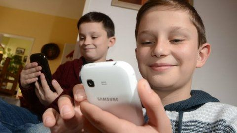 alegres. Los tiempos modernos hicieron que sea muy común la imagen de chicos con dispositivos.