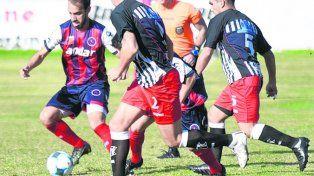 Testigo. Migueles, que anotó el 2º de Córdoba, vio de cerca el accionar de los visitantes.
