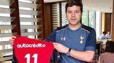 Pochettino lució orgulloso la camiseta que le envió Maxi Rodríguez.