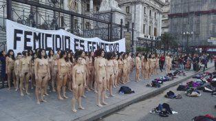 Femicidio es genocidio, fue la consigna de la intervención de la agrupación Fuerza Artística de Choque Comunicativo.