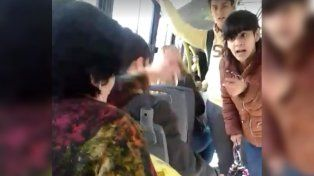 Un pasajero intervino para evitar que la chica agreda a la mujer.