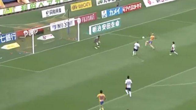 Un jugador ensayó una contorsión imposible e hizo el gol de la temporada