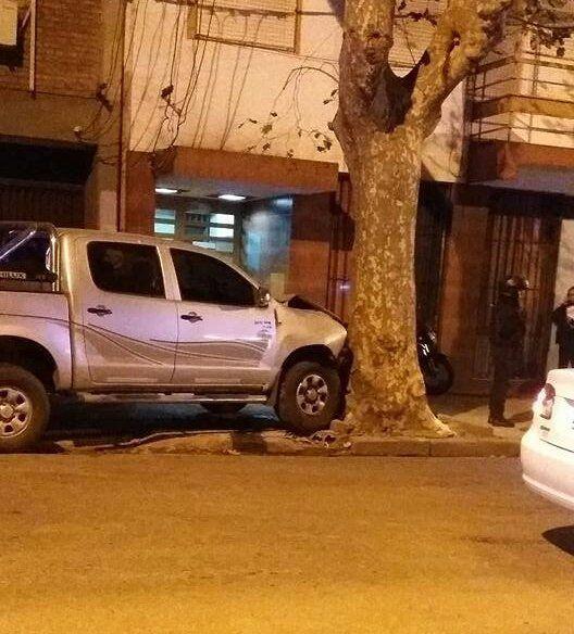 Callao al 1300. La camioneta terminó contra un árbol.