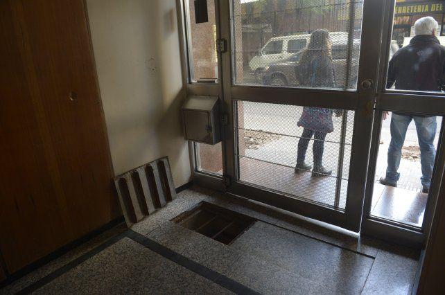 La tapa de la cámara séptica ubicada al lado de la puerta explotó esta madrugada.