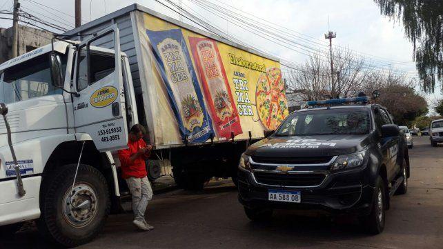 El camionero junto a su vehículo