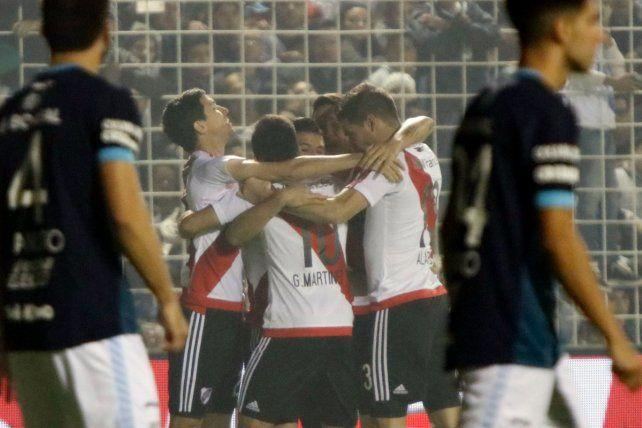 River aplastó a Atlético Tucumán y se mantiene muy cerca del líder Boca en la lucha por el torneo.