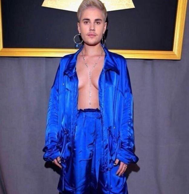Justin Bieber apareció con lolas, uñas pintadas y enormes aros femeninos