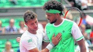 Pardon monsieur. El rosarino Olivo saluda a Tsonga tras vencerlo en la cancha central de Roland Garros.
