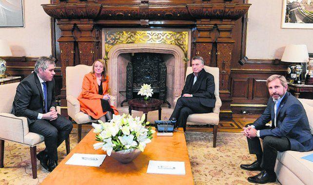 posando para la foto. Macri y la gobernadora Kirchner se reunieron en la Casa Rosada.