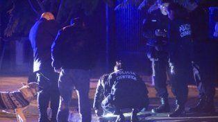 castelar. Efectivos de la Policía Cientìfica tomaron muestras frente a la casa de Stolbizer