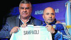 Con la albiceleste. El presidente de la AFA le entregó la primera camiseta a Sampaoli en su presentación.