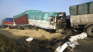 Fuerte impacto en la A012 esta mañana. Un camionero murió y cinco resultaron heridos.