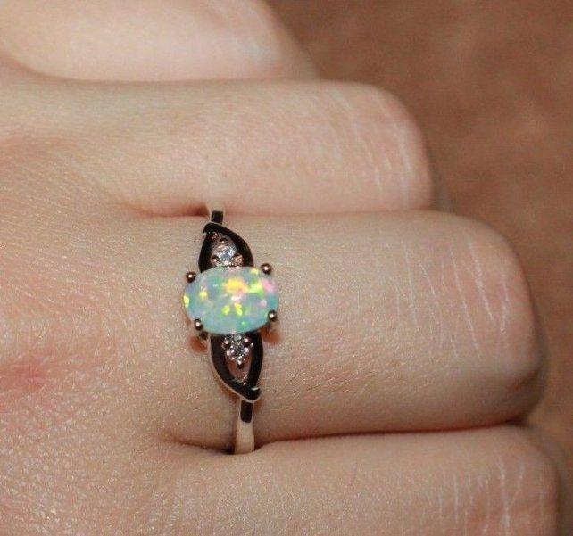 Una mujer vendió su costoso anillo de compromiso tras descubrir el secreto de su novio