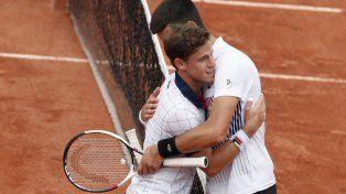 El pequeño y el gigante se saludan. Schwartzman abraza a Djokovic