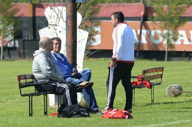 Otros tiempos. El presidente Bermúdez y el directivo Concina dialogan distendidos con Osella en Bella Vista.