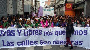 En Rosario la marcha de mujeres pide frenar la violencia de género.