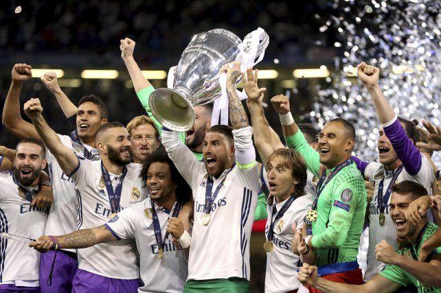 Sergio Ramos alza el trofeo y todo el Madrid se suma al festejo.