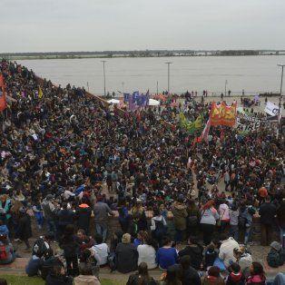 Parque España. La masiva concentración a orillas del río.