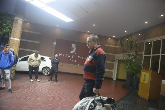 Juan Matías sale del hotel donde se alojó Newells en la capital provincial.