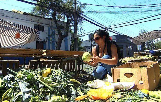 Muestra. No es raro encontrar alimentos tirados en los alrededores de los mercados del país.
