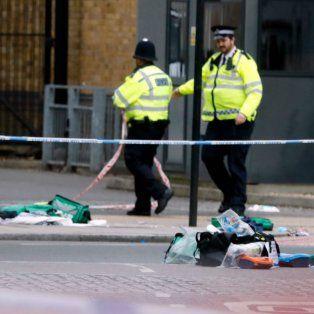 La policía custodia evidencias del atentado.