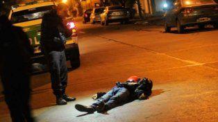 La imagen del delincuente tendido en el piso tras intentar escapar en la moto.