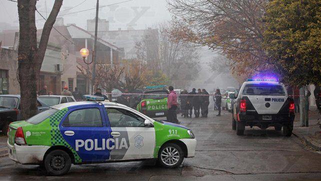 Una mujer policía recibió un disparo en la cabeza tras enfrentarse a tiros con delincuentes
