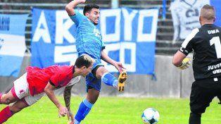 No pudo. El delantero Tedesco es controlado por la defensa de Juventud Unida.
