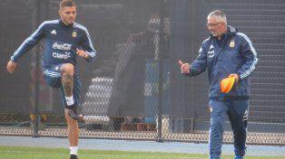 El delantero rosarino trabaja bajo la atenta mirada del kinesiólogo de la selección, Luis García.