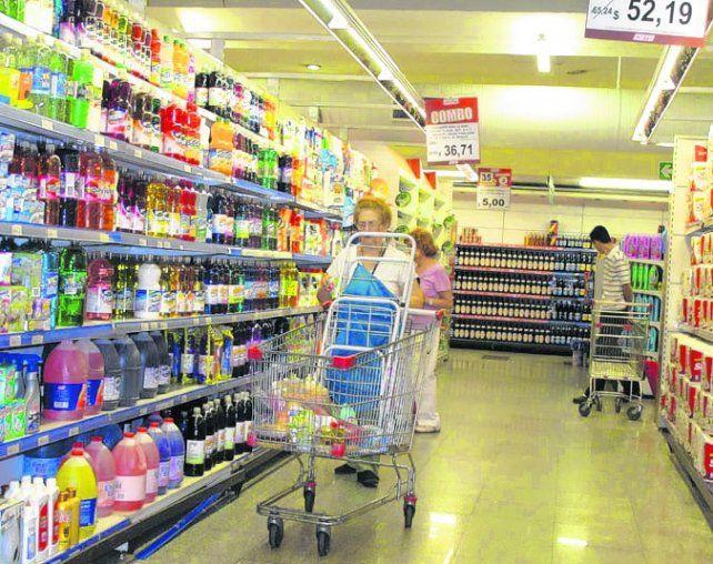 gasto. Una familia gastó $234 por día en productos de consumo masivo..