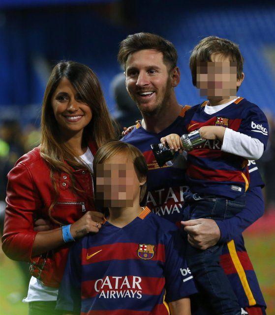 Lionel y Antonella con sus hijos.