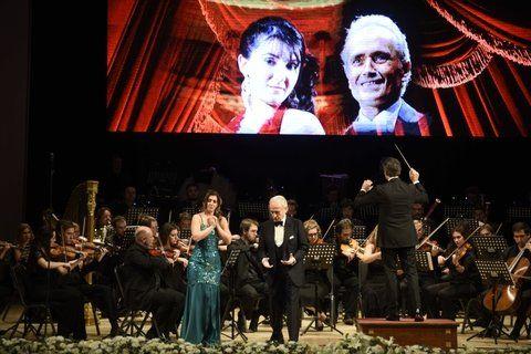 de gala. José Carreras secundado por la rosarina Jaquelina Livieri.