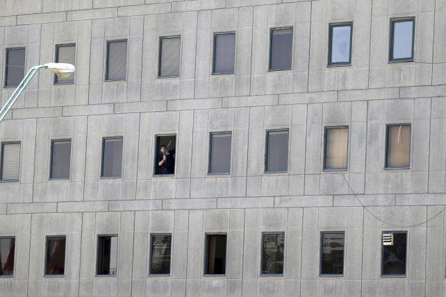 Un soldado en guardia custodia un sector del parlamento iraní.